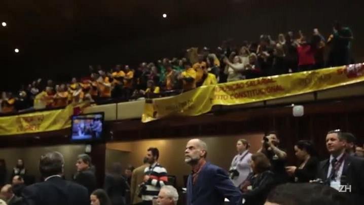 Servidores comemoram derrubada de veto de Sartori a reajuste de salários