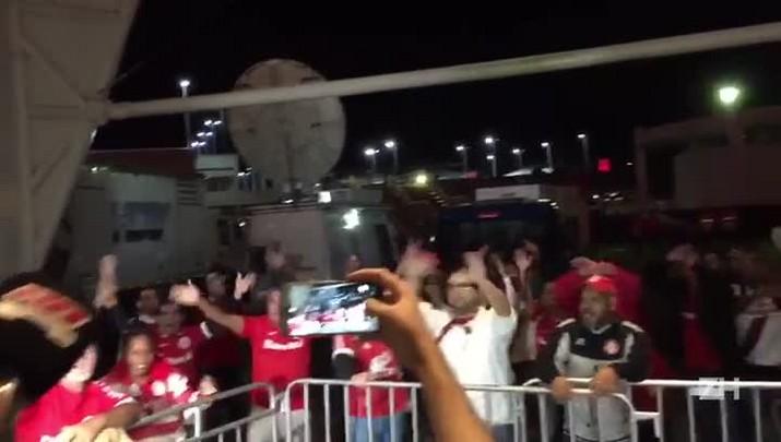 Torcedores protestam no Beira-Rio após empate