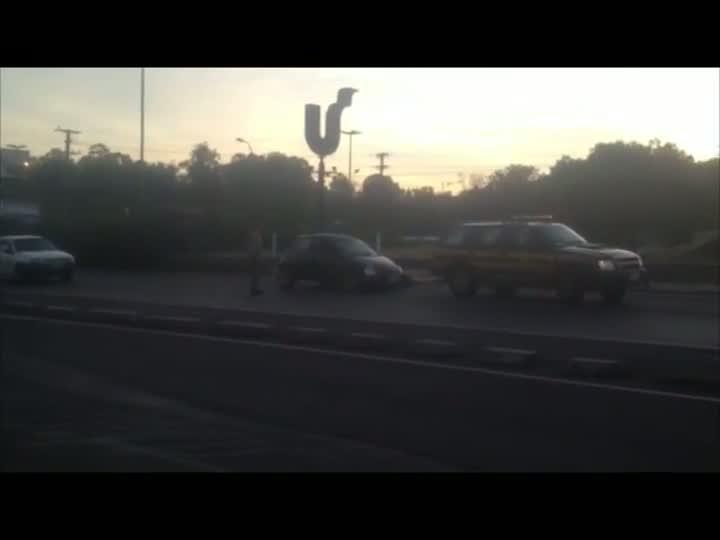 Carro acidentado é retirado da BR-116 após viaduto de acesso à Unisinos. 01/04/2013