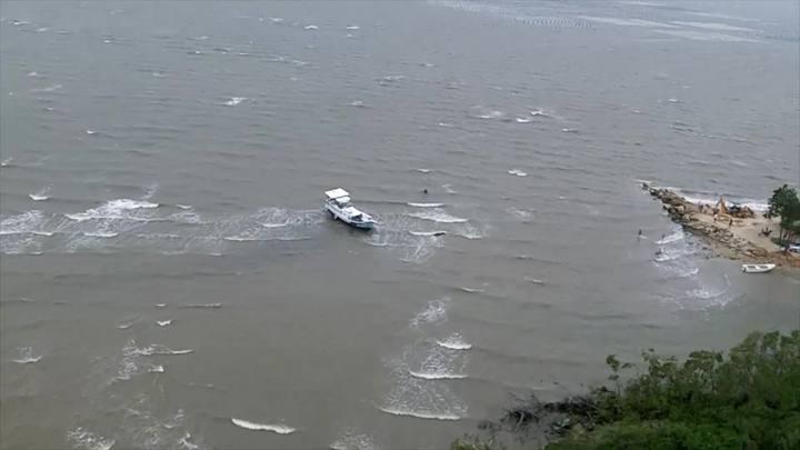 Barco encalha em Palhoça