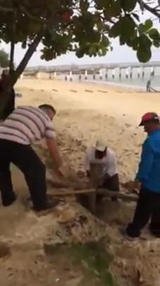 Funcionário da prefeitura quebra materiais de pescadores na praia do Trapiche, em Armação