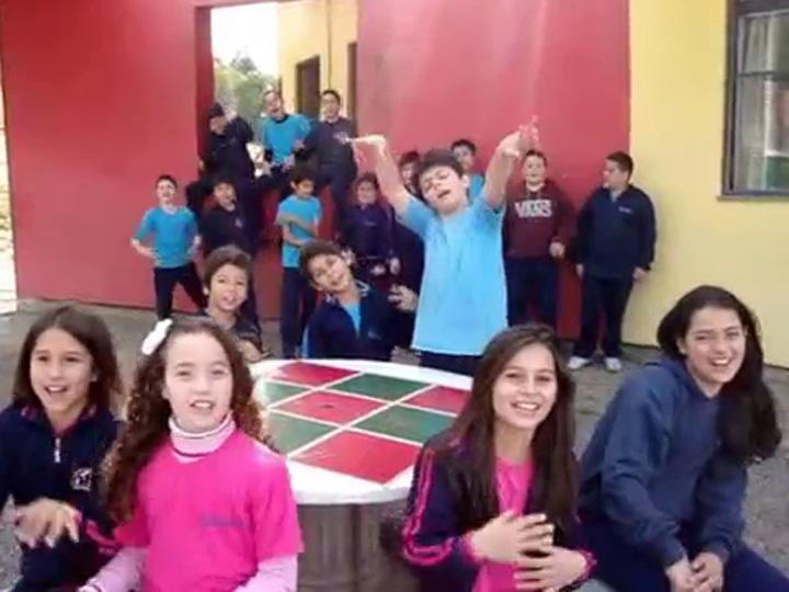 Alunos de escola de Caxias do Sul criam música para incentivar a doação de brinquedos para crianças carentes no Natal
