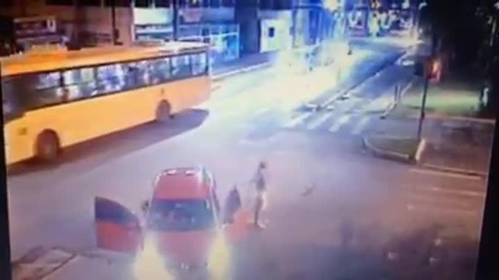 Câmeras flagram batida entre dois carros no Centro de Joinville