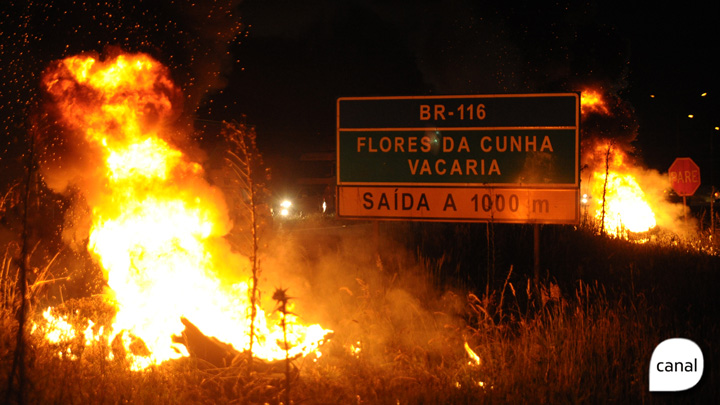 Pneus são queimados em protesto na ERS-122, em Caxias do Sul