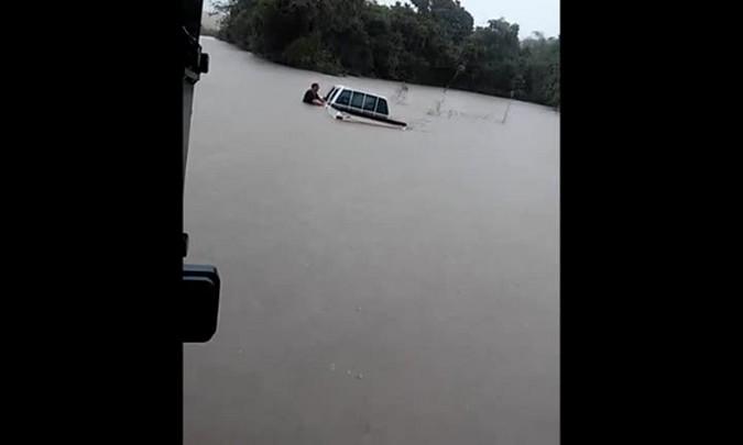 Trator é utilizado para retirar caminhonete da enchente em São Sepé