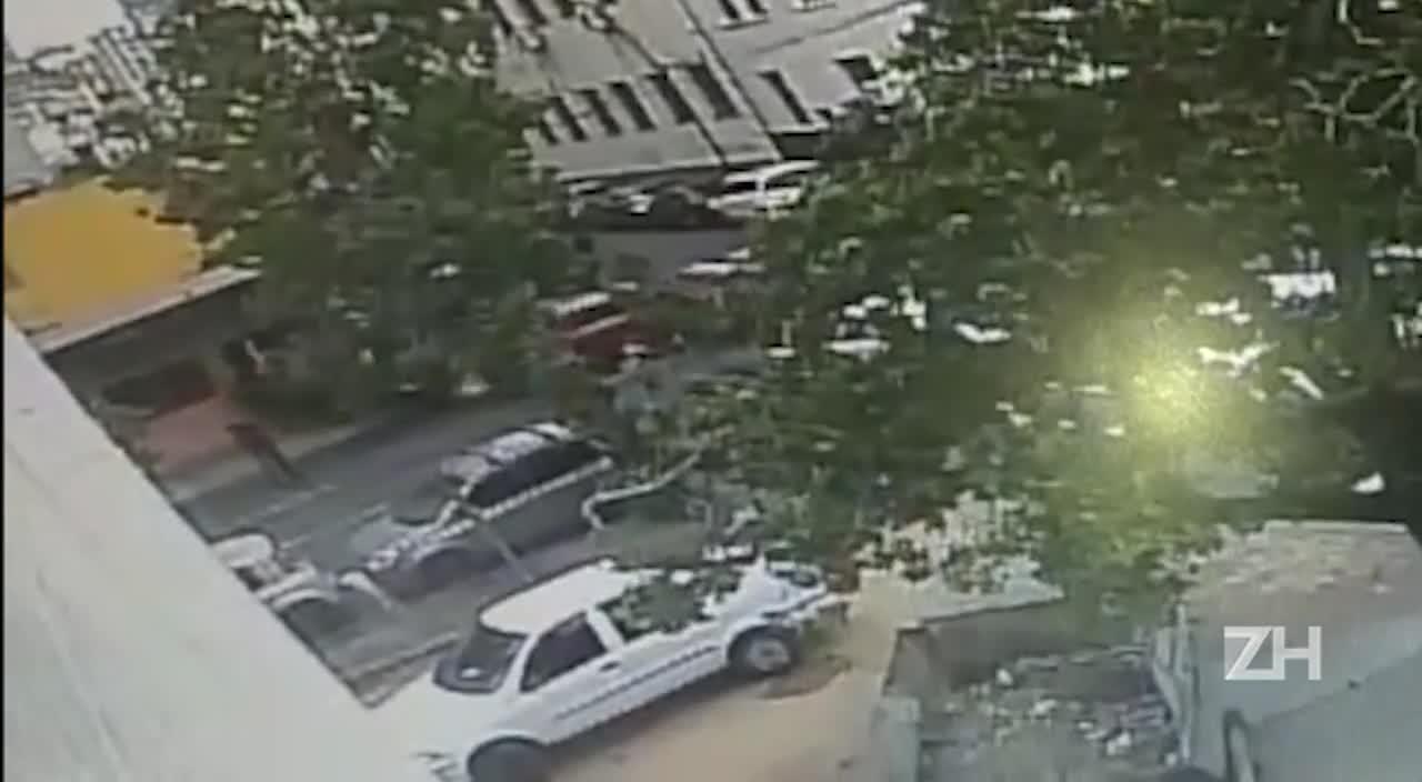 Caminhonete invade restaurante após colidir com outro veículo em Porto Alegre
