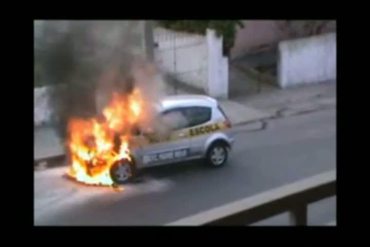 Carro de autoescola pega fogo em Santa Maria