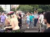 Manifestantes pedalam pelados em Porto Alegre