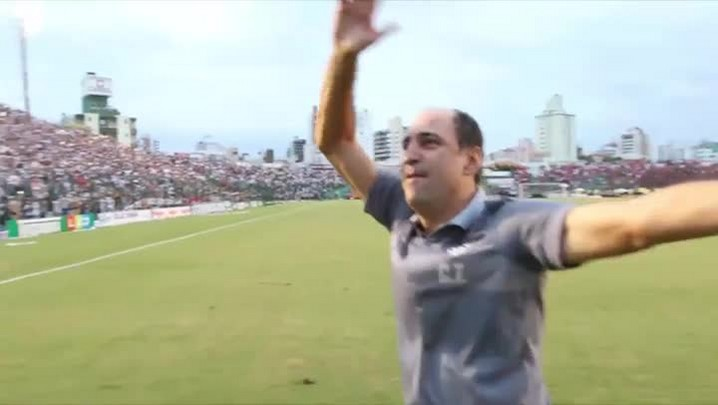 Jogadores comemoram o título junto a torcida no Orlando Scarpelli