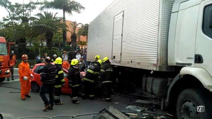 Equipe de resgate tira carro debaixo de caminhão após acidente em Porto Alegre