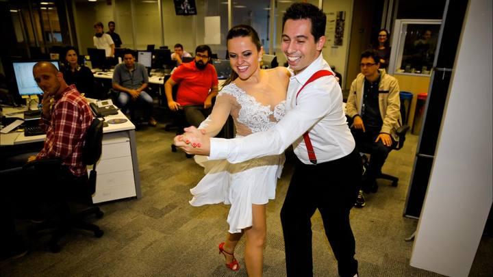 Dançarinos se apresentam na redação do DC