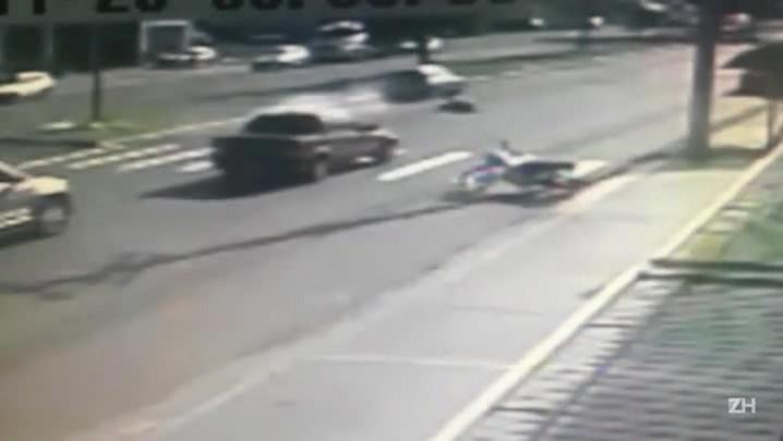 Mulher é atropelada ao cruzar faixa de segurança em Passo Fundo