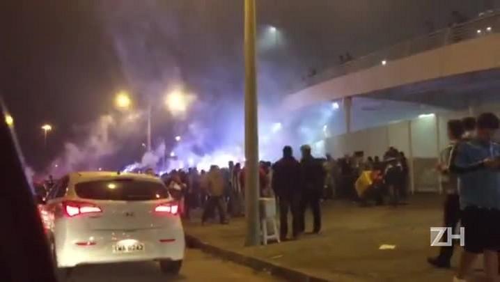 Torcida do Grêmio faz festa para receber o time antes do jogo contra o Fluminense