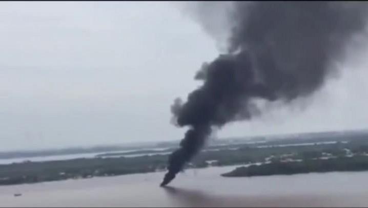 Lancha pega fogo no Guaíba, e fumaça preta chama atenção