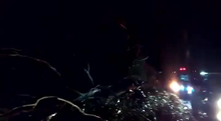 Bombeiros trabalham no atendimento a vítimas da tempestade que atingiu a região de Porto União