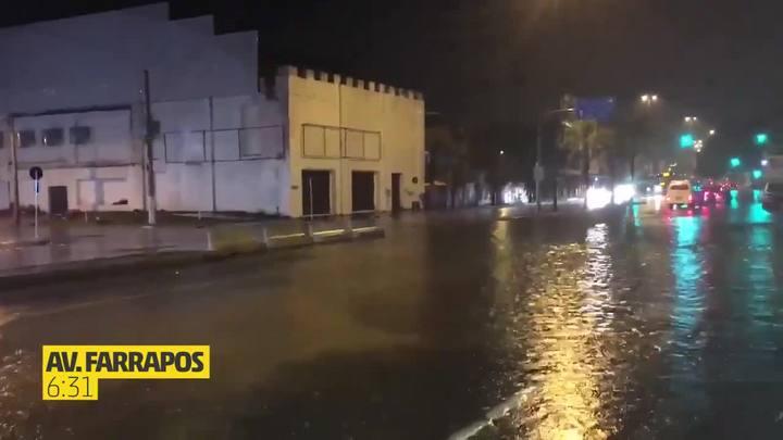 Chuva alaga ruas e causa transtornos no trânsito em Porto Alegre
