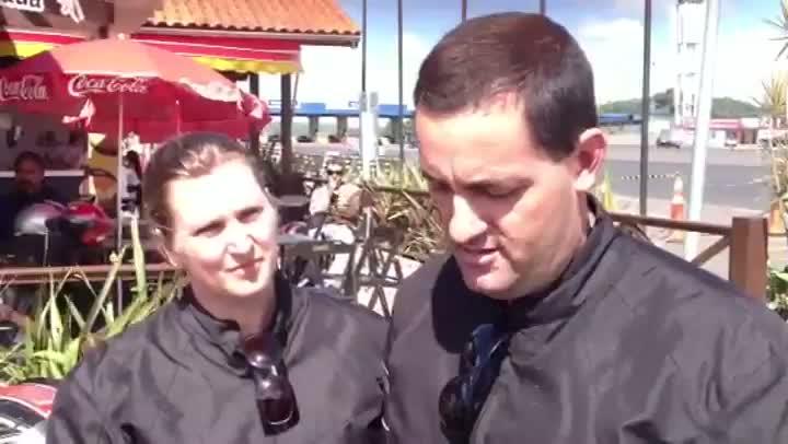 Rumo à praia, casal avalia a situação das estradas no Estado