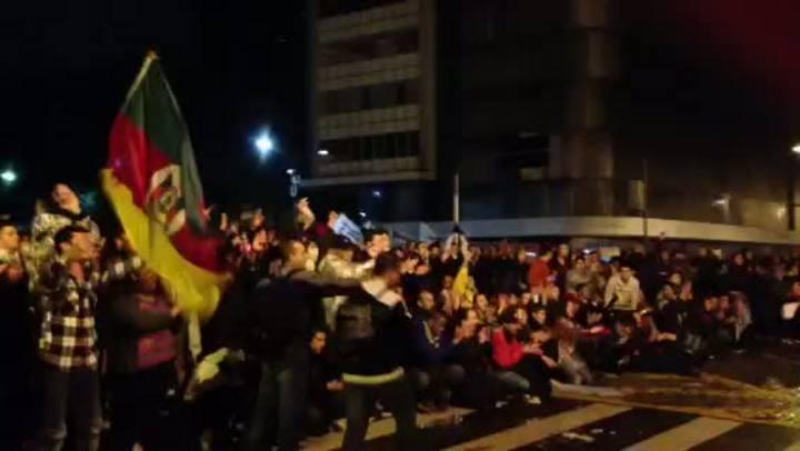 Protesto em POA: manifestante oferece flores à BM