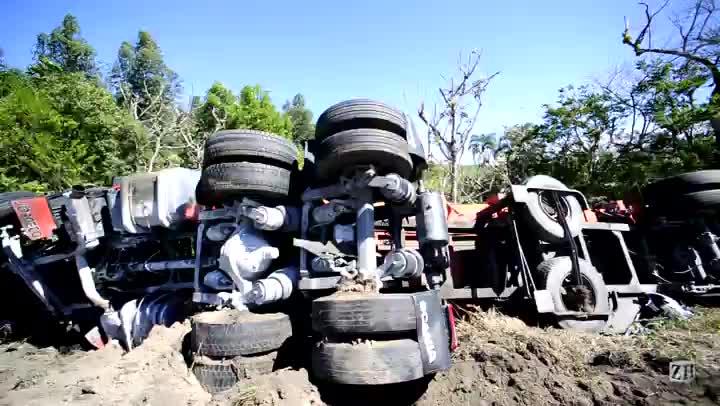 Veja como ficou caminhão que se envolveu em acidente com uma moto e com um Corolla