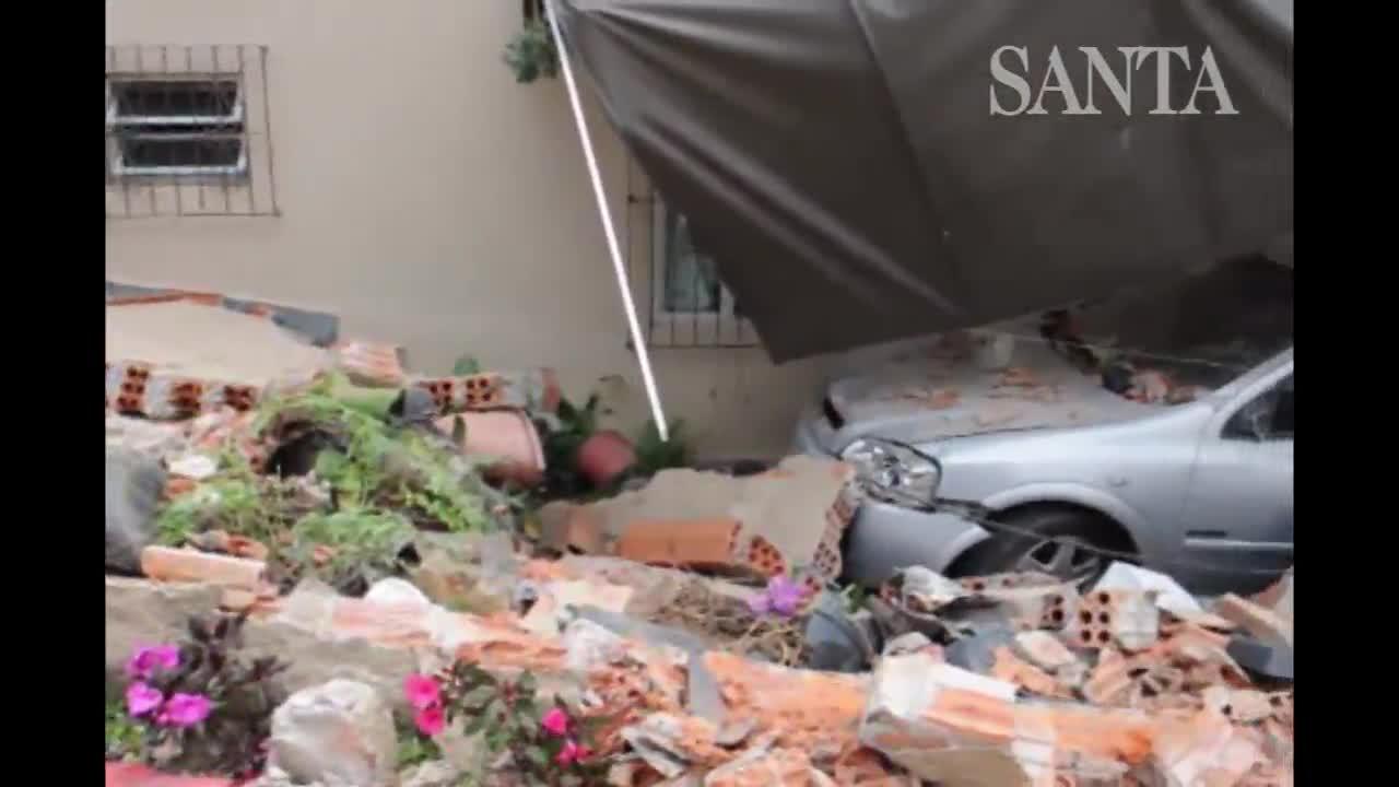 Caminhão sem motorista atinge muro de casa no Bairro Itoupava Norte