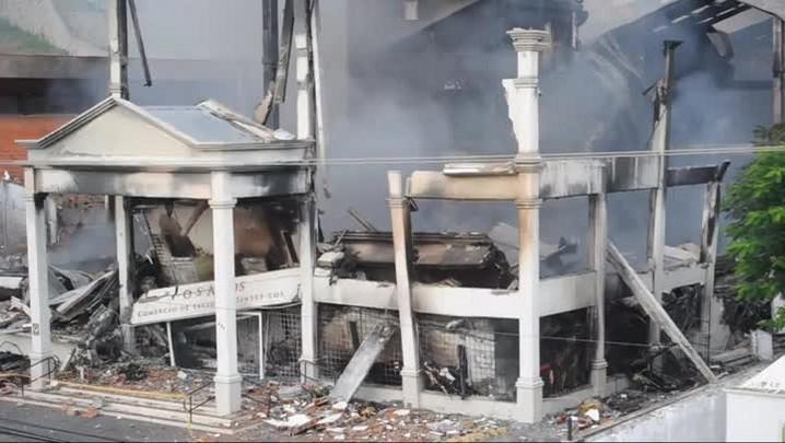 O que sobrou da loja de tecidos após o incêndio