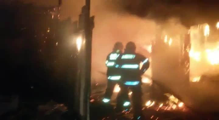 Incêndio destrói três casas na Vila Farrapos
