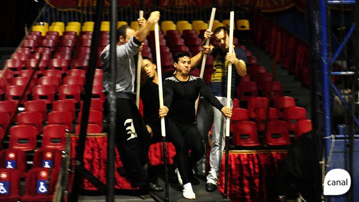 Ensaio do circo mostra a altura que trapezistas trabalham em seus números