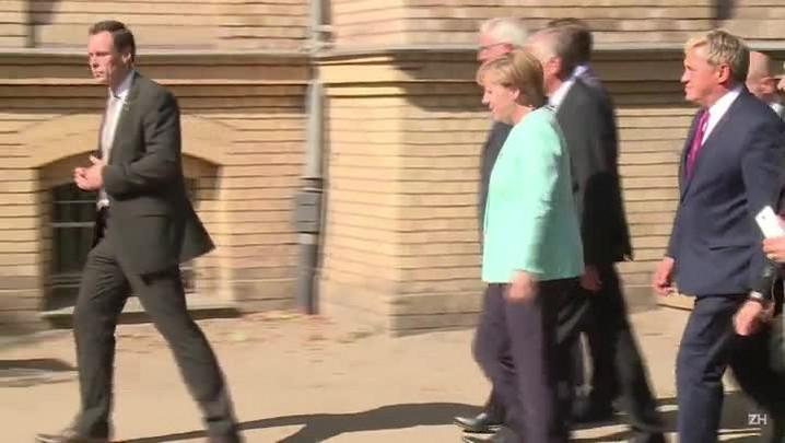 Refugiados tiram selfies com Merkel