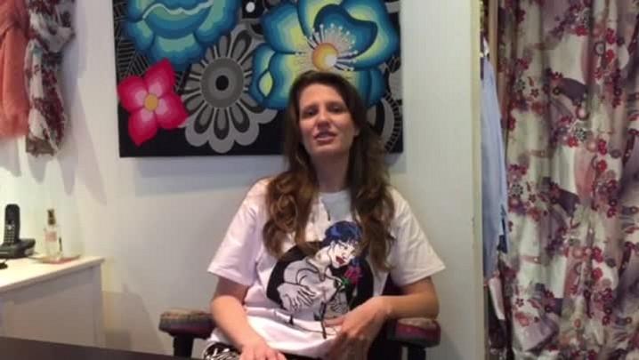 """Designer Mariela Linzmeyer veste a camiseta do Outubro Rosa para a campanha do jornal """"A Notícia""""."""