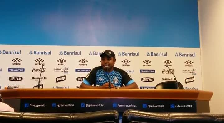 Roger explica esquema do Grêmio contra o Joinville