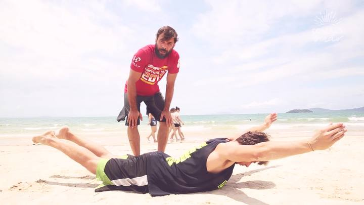 Como Faz de Verão: dois exercícios para fortalecer o corpo na beira da praia