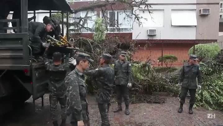 Exército retira árvores das ruas de Porto Alegre