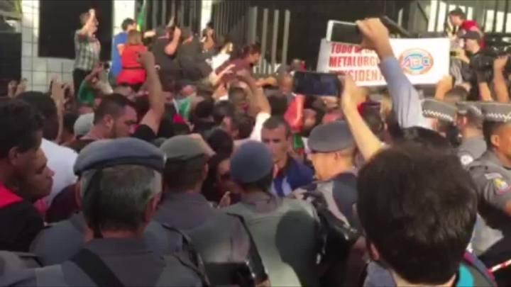 Lula chega em casa, em São Bernardo do Campo
