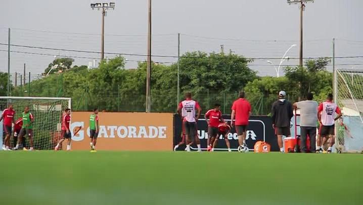 Após empate, Argel observa treino dos reservas