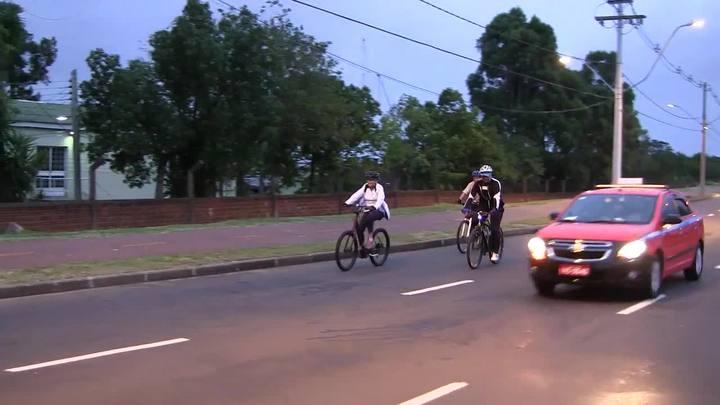 Dilma pedala na zona sul de Porto Alegre