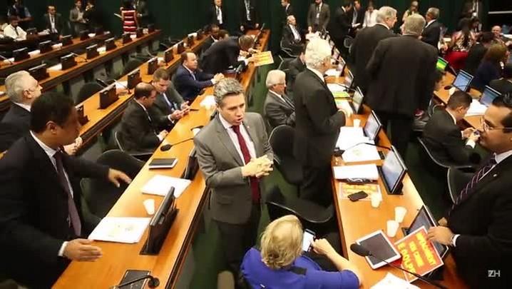 Bate-boca, gritaria e confusão: como foi a largada da votação do impeachment na comissão especial
