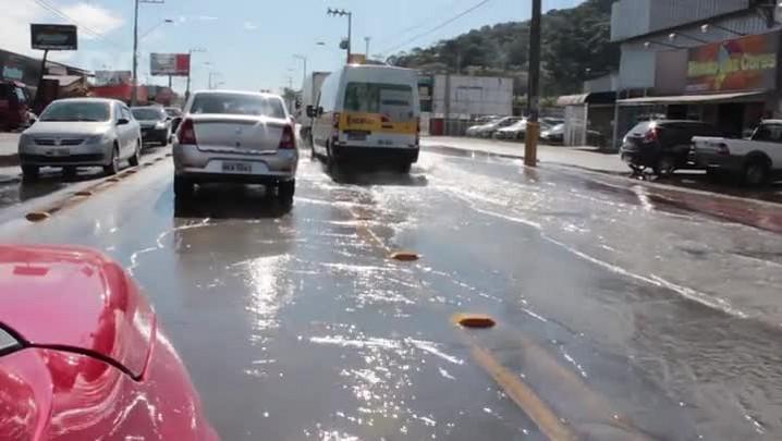 Vídeo mostra alagamento na SC-405, no bairro Rio Tavares, em Florianópolis