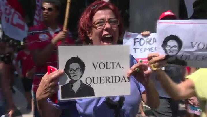 Boneco do Temer é queimado no Rio