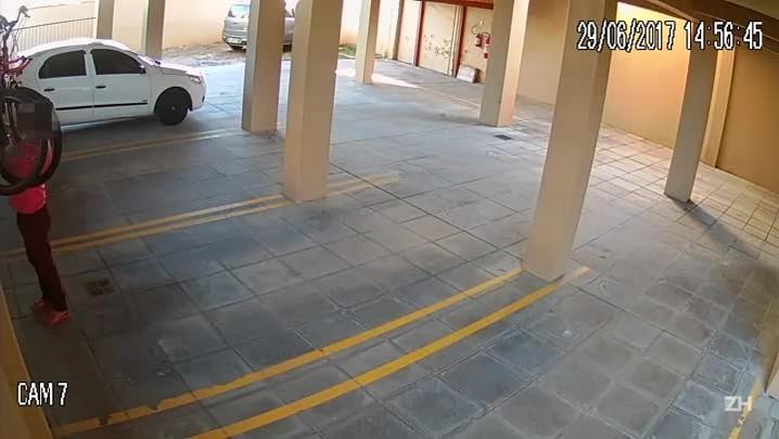 Homem é flagrado roubando bicicleta depois de invadir prédio no Vale do Sinos