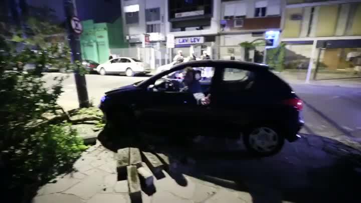 Motorista perde controle de carro e bate contra poste na Capital