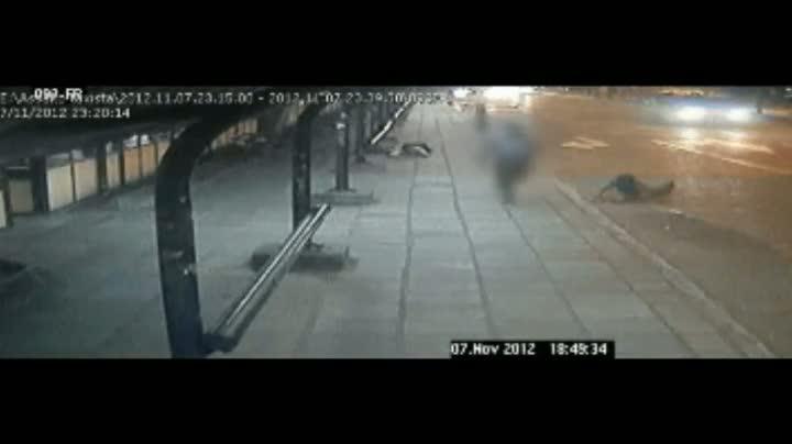 Câmeras de segurança flagram momento em que taxista é baleado