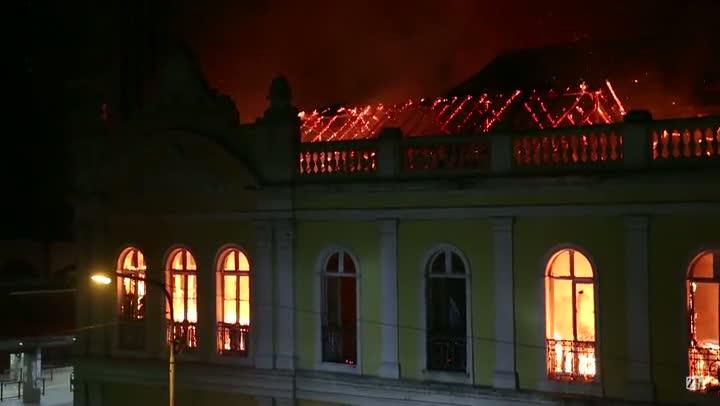 Incêndio de grandes proporções atinge o Mercado Público de Porto Alegre