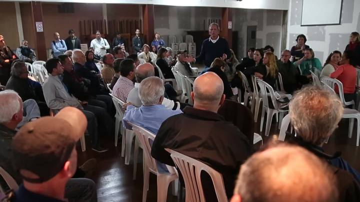 Moradores se reúnem para entender decisão judicial que manda desocupar entorno da Lagoa da Conceição