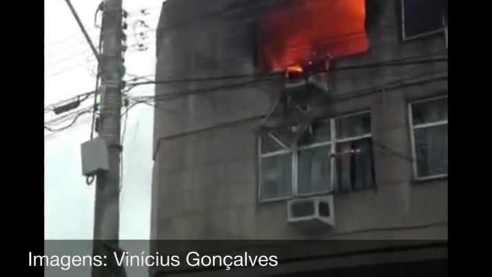 Bombeiros combatem incêndio em prédio em Cachoeirinha