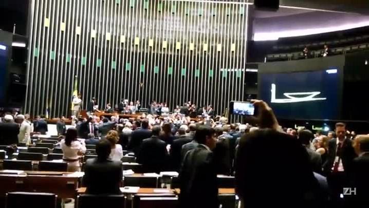 Deputados protestam no plenário da Câmara