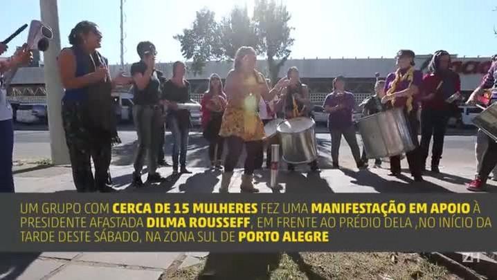 Mulheres fazem manifestação em frente ao prédio de Dilma, em Porto Alegre
