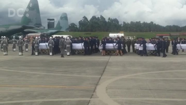 Primeiras urnas embarcam no avião da FAB no aeroporto de Rionegro, na Colômbia