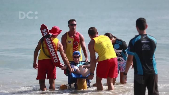 Projeto leva cadeirantes e autistas para tomar banho de mar