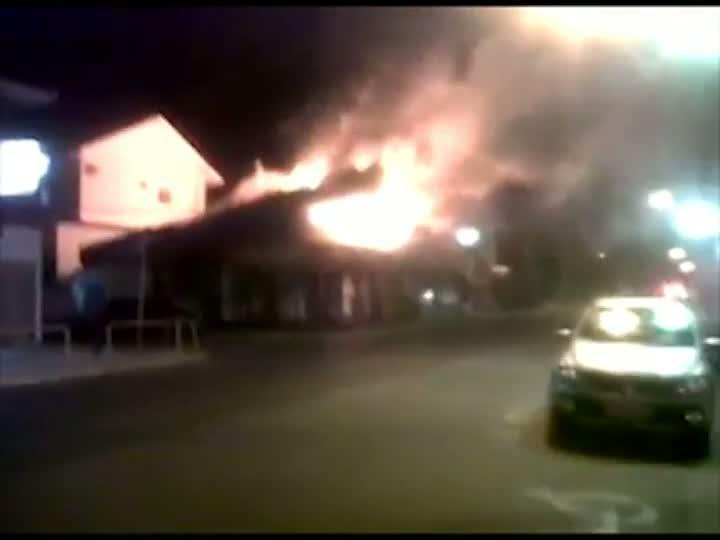 Vídeo feito por pedestre no centro da Lagoa da Conceição mostra o incêndio da madrugada de sexta-feira