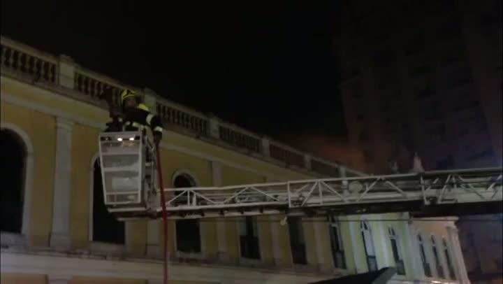 Bombeiros seguem com os trabalhos para eliminar focos de incêndio - 06/07/2013
